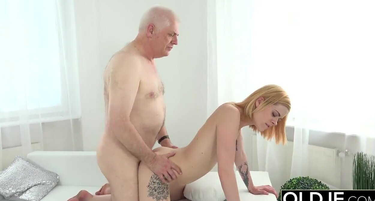 Man Licking Pussy Threesome